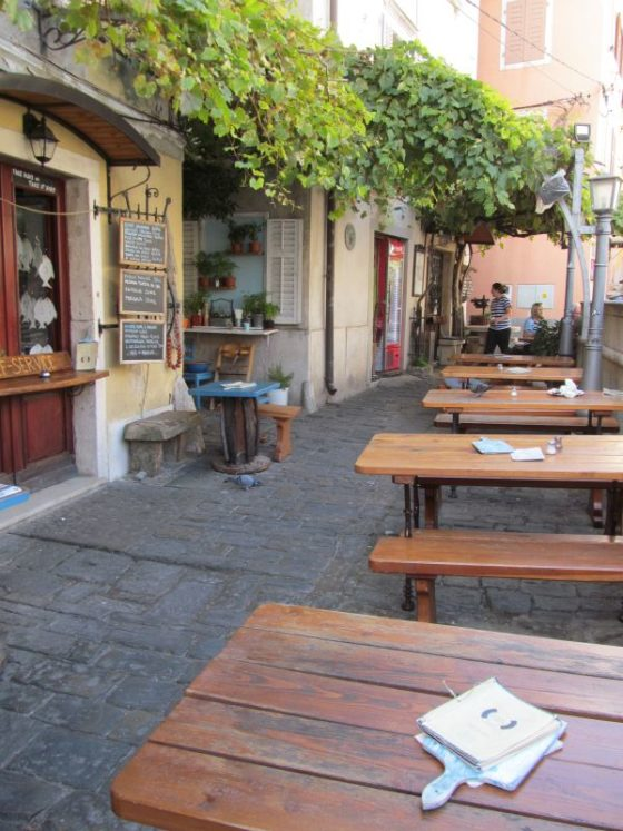 The seating area of the restaurant Fritolin Pri Cantini